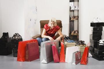 Junge Frau im Schuhgeschäft,Blick auf Einkaufstaschen