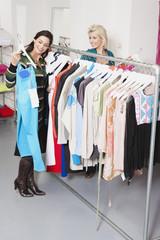 Zwei Frauen in der Mode-Shop