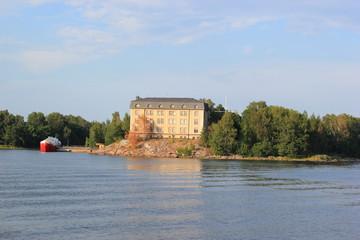 Gebäude auf einer Schäre vor Helsinki (Finnland)