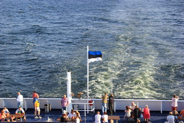 Estnische Flagge auf einem fahrenden Kreuzfahrtschiff