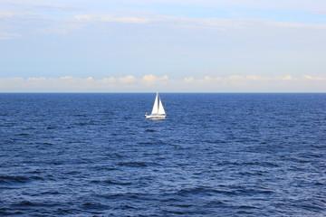 Segelschiff auf dem offenen Meer im finnischen Meerbusen