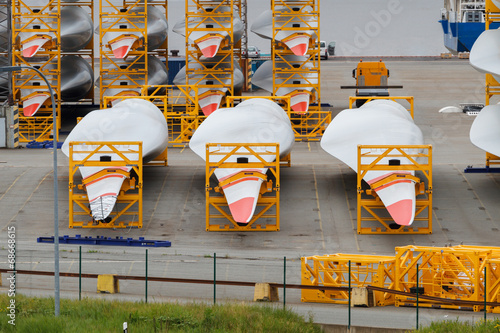 Many rotor blades for huge wind turbines in harbour - 68668615