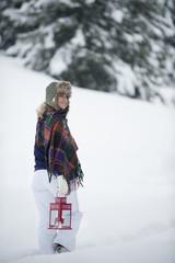 Österreich, Junge Frau zu Fuß mit Laterne