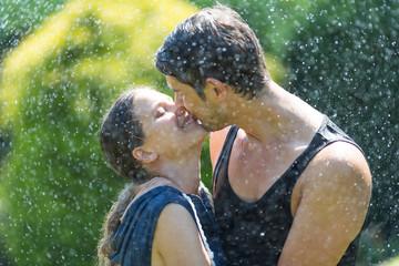 Kuss unter dem Wassersprenger