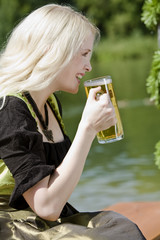 München, Englischer Garten, junge Frau mit Bier