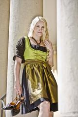 München , junge Frau lehnt an Säule , Portrait