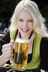 München, Englischer Garten, junge Frau mit Bierkrug