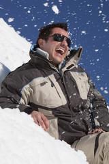 Mann in Winterkleidung, lachen , Portrait