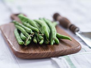 Grüne Bohnen auf einem Tablett