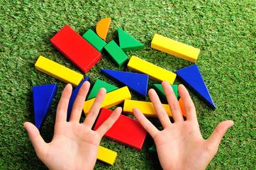 積み木と人間の手