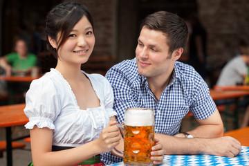 junges Paar auf dem Oktoberfest