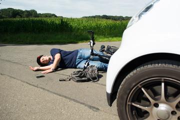 auto überfährt radfahrerin
