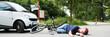 frau liegt nach einem unfall auf der straße