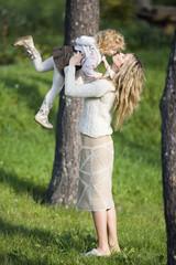Mutter spielt mit Tochter,Seitenansicht