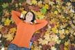 Frau auf Herbst Blätter liegen,erhöhte Ansicht