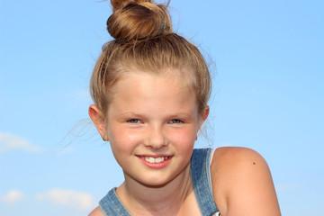 Uśmiechnięte dziecko na tle nieba