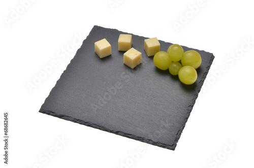 canvas print picture Schieferplatte auf weiss mit Käsesorten dekoriert