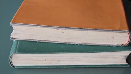 Alte Bücher aufeinanderstapeln