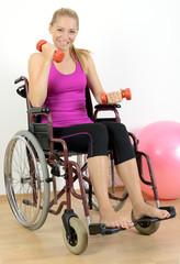 Frau in Rollstuhl beim Kraftsport-Training