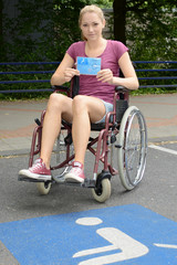 Frau mit Parkausweis für Behinderte
