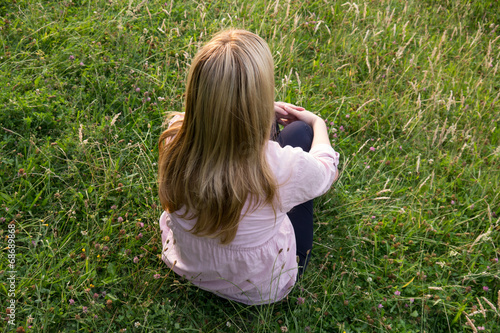 canvas print picture blonde frau sitzt im gras