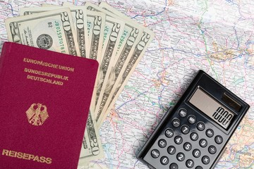 Dollarscheine und Landkarte