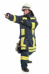 Feuerwehrfrau zeigt in eine Richtung