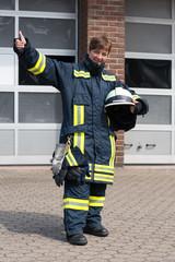 Feuerwehrfrau zeigt Daumen hoch