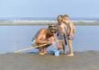 canvas print picture - garnalen vangen aan zee