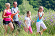 Familie beim Jogging durch Feld