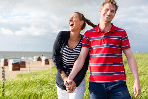 canvas print picture Paar genießt Urlaub in den Strand Dünen