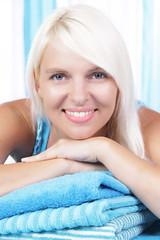 Hübsche Frau mit blauen Handtüchern