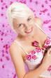 canvas print picture - Hübsche blonde Frau mit Rosen