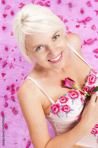 canvas print picture Hübsche blonde Frau mit Rosen
