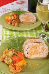 piatto di rotolo di pollo e peperonata