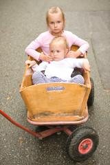 deux fille sur la charette