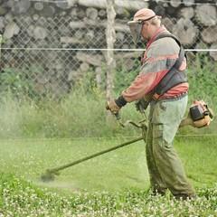 jardinier avec une tondeuse