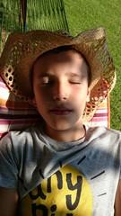 Niño dormido en hamaca