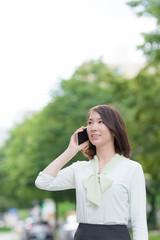 屋外で電話する女性