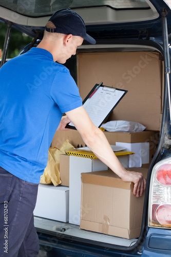 canvas print picture Courier and a car full of packages