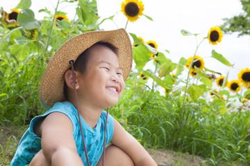 ヒマワリ畑と笑顔の子供