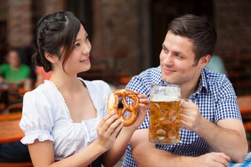 Asiatin und Deutscher gemeinsam im Biergarten