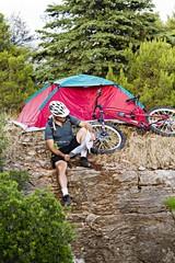 campeggiatore con tenda e mountain bike