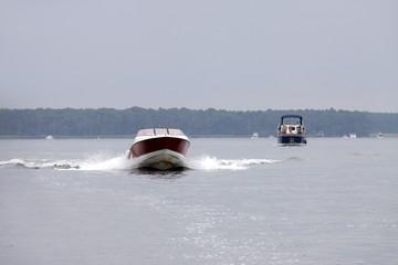 Motorboot auf See