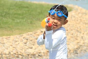 水鉄砲で遊ぶ幼児(4歳児)