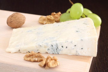 Gorgonzola blue cheese with grapes and walnuts