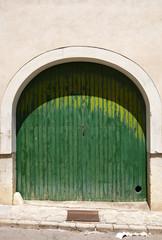 grüne Tor mit Rundbogen