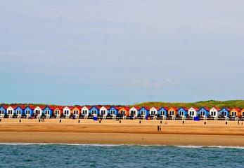 Kleurrijke strandhuisjes aan de Zeeuwse kust