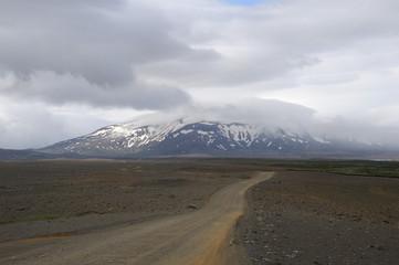 désert, piste et montagne