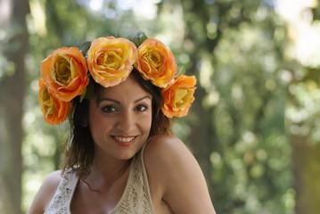 modella con la corona di fiori